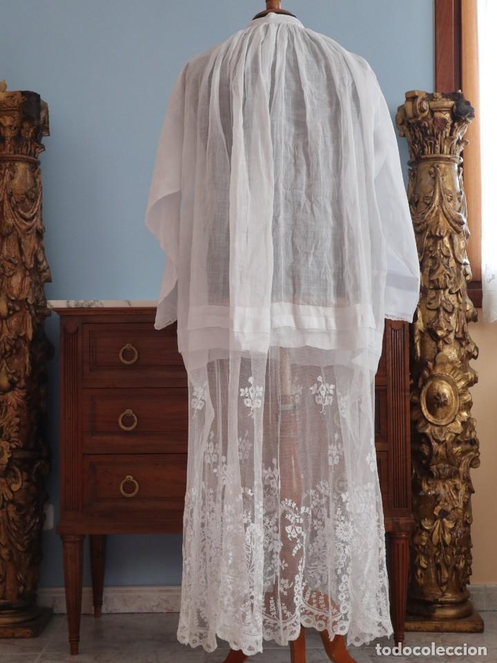 Antigüedades: Alba confeccionada en muy fino algodón y encajes manuales. Hacia 1900. - Foto 13 - 245119670