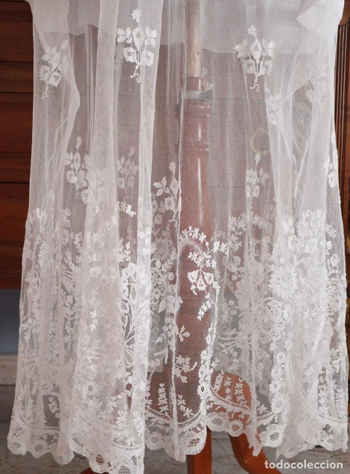Antigüedades: Alba confeccionada en muy fino algodón y encajes manuales. Hacia 1900. - Foto 15 - 245119670