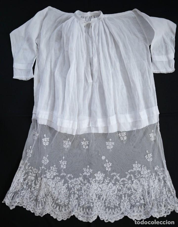 Antigüedades: Alba confeccionada en muy fino algodón y encajes manuales. Hacia 1900. - Foto 16 - 245119670