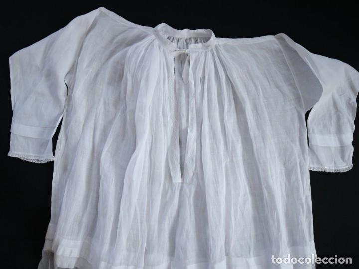 Antigüedades: Alba confeccionada en muy fino algodón y encajes manuales. Hacia 1900. - Foto 17 - 245119670