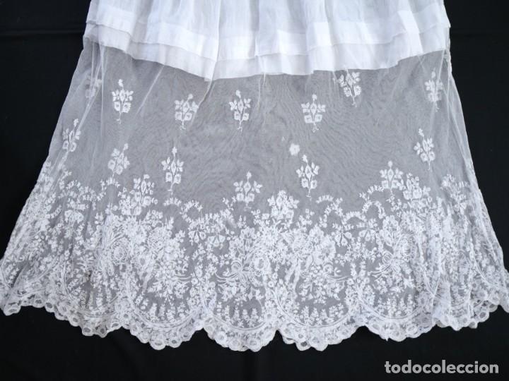 Antigüedades: Alba confeccionada en muy fino algodón y encajes manuales. Hacia 1900. - Foto 18 - 245119670