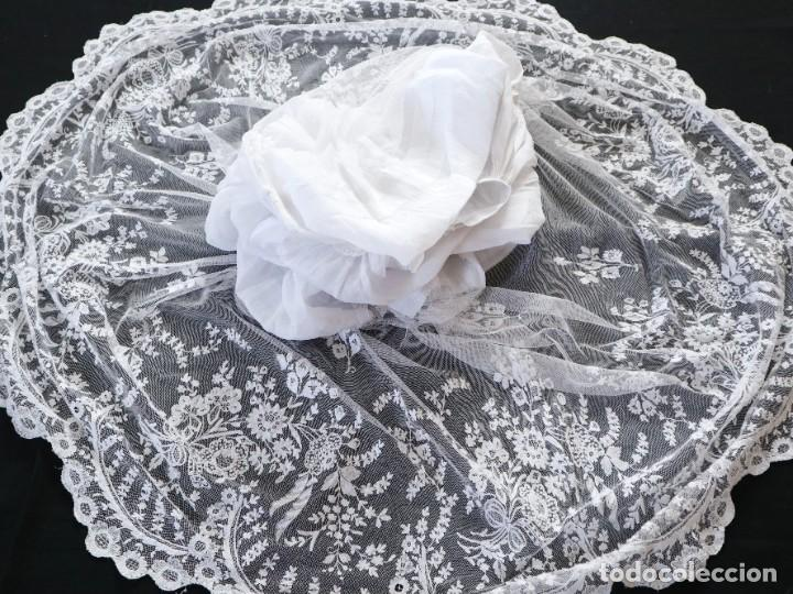 Antigüedades: Alba confeccionada en muy fino algodón y encajes manuales. Hacia 1900. - Foto 19 - 245119670