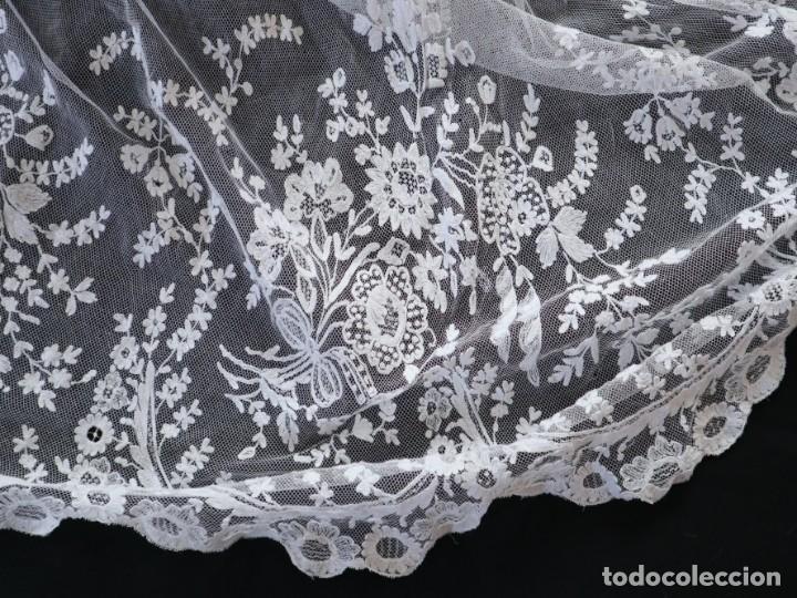 Antigüedades: Alba confeccionada en muy fino algodón y encajes manuales. Hacia 1900. - Foto 20 - 245119670