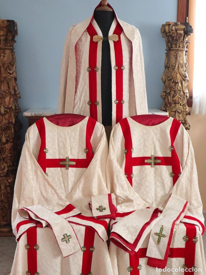 ORNAMENTOS RELIGIOSOS. CAPA PLUVIAL Y DALMÁTICAS A JUEGO CON COMPLEMENTOS. AÑOS 60. (Antigüedades - Religiosas - Ornamentos Antiguos)