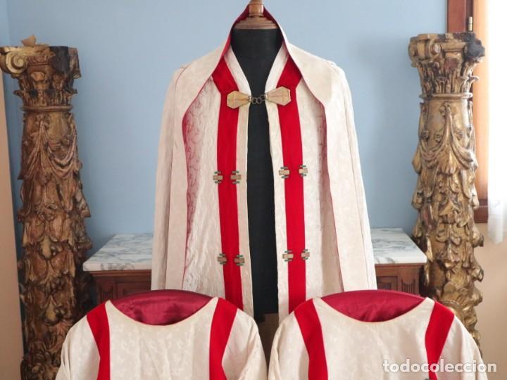 Antigüedades: Ornamentos religiosos. Capa Pluvial y dalmáticas a juego con complementos. Años 60. - Foto 2 - 245120955