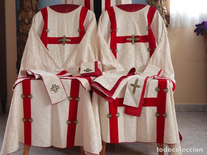 Antigüedades: Ornamentos religiosos. Capa Pluvial y dalmáticas a juego con complementos. Años 60. - Foto 3 - 245120955