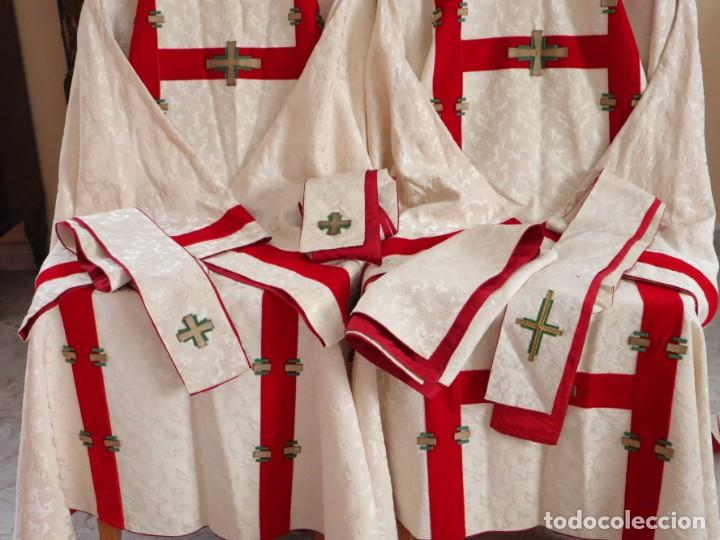Antigüedades: Ornamentos religiosos. Capa Pluvial y dalmáticas a juego con complementos. Años 60. - Foto 4 - 245120955