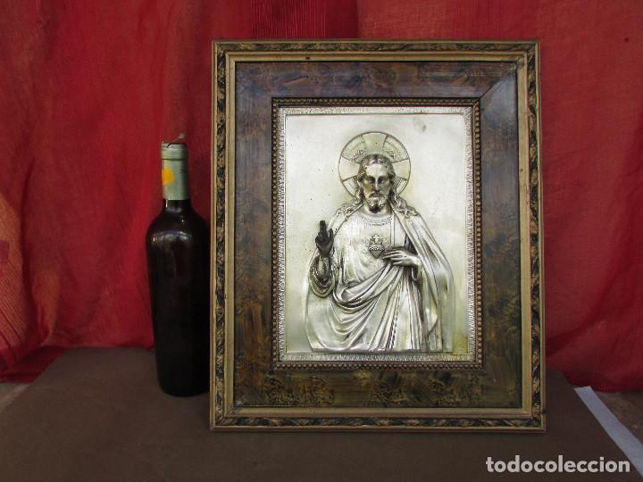 CUADRO EN METAL PLATEADO DE LOS AÑOS 50 CORAZÓN DE JESÚS EN RELIEVE. MARCO DE MADERA. 41 CMS (Antigüedades - Religiosas - Ornamentos Antiguos)