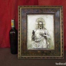 Antigüedades: CUADRO EN METAL PLATEADO DE LOS AÑOS 50 CORAZÓN DE JESÚS EN RELIEVE. MARCO DE MADERA. 41 CMS. Lote 245154450