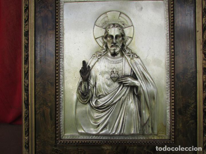 Antigüedades: Cuadro en metal plateado de los años 50 Corazón de Jesús En relieve. Marco de madera. 41 cms - Foto 2 - 245154450