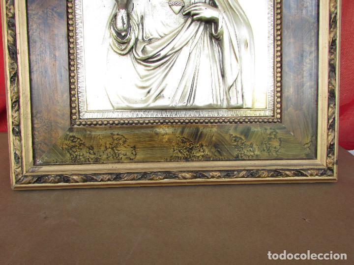 Antigüedades: Cuadro en metal plateado de los años 50 Corazón de Jesús En relieve. Marco de madera. 41 cms - Foto 3 - 245154450