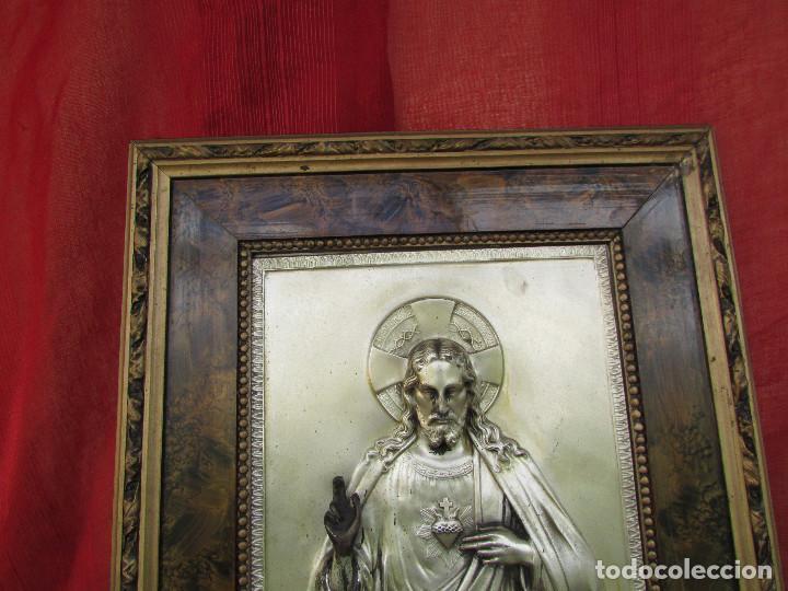 Antigüedades: Cuadro en metal plateado de los años 50 Corazón de Jesús En relieve. Marco de madera. 41 cms - Foto 4 - 245154450