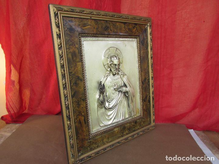 Antigüedades: Cuadro en metal plateado de los años 50 Corazón de Jesús En relieve. Marco de madera. 41 cms - Foto 6 - 245154450