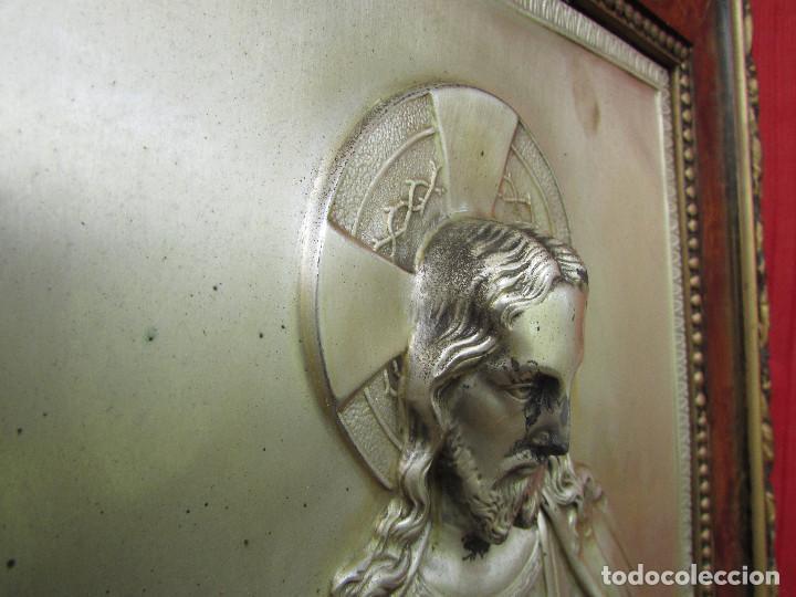 Antigüedades: Cuadro en metal plateado de los años 50 Corazón de Jesús En relieve. Marco de madera. 41 cms - Foto 7 - 245154450