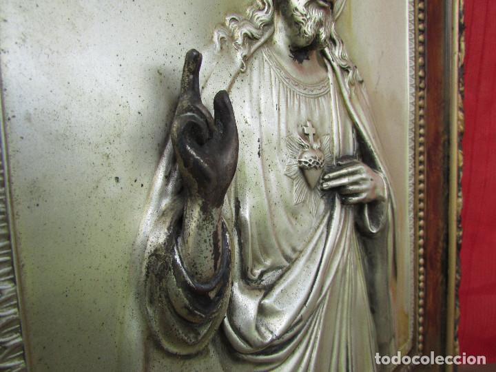 Antigüedades: Cuadro en metal plateado de los años 50 Corazón de Jesús En relieve. Marco de madera. 41 cms - Foto 8 - 245154450