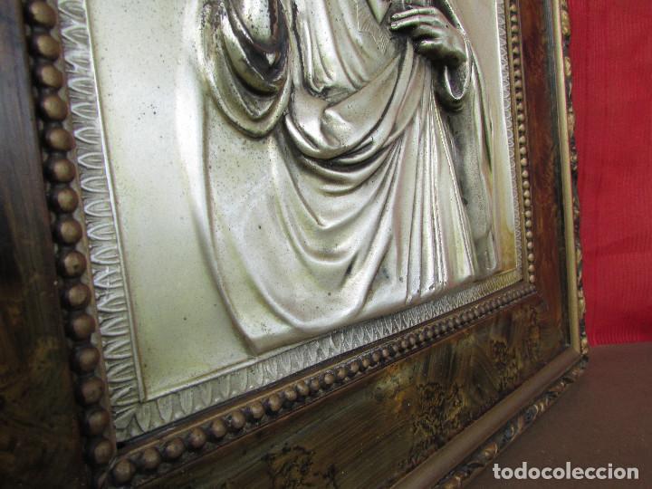 Antigüedades: Cuadro en metal plateado de los años 50 Corazón de Jesús En relieve. Marco de madera. 41 cms - Foto 9 - 245154450