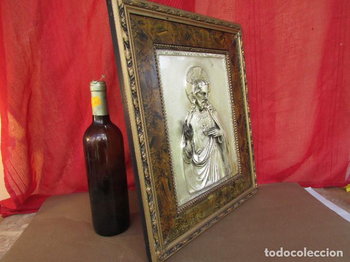 Antigüedades: Cuadro en metal plateado de los años 50 Corazón de Jesús En relieve. Marco de madera. 41 cms - Foto 10 - 245154450