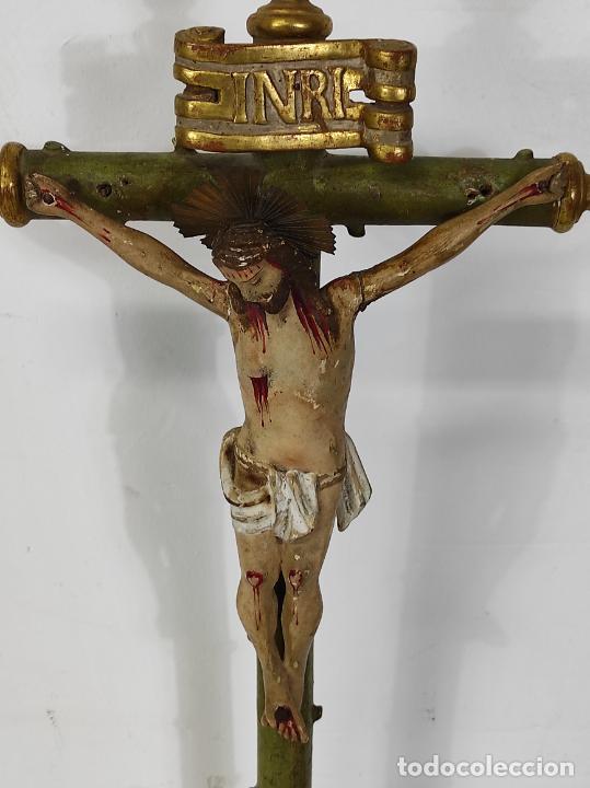 Antigüedades: Antiguo Crucifijo a la Cruz - Jesucristo Barroco - Talla de Madera Policromada y Dorada - S. XVIII - Foto 2 - 245155145
