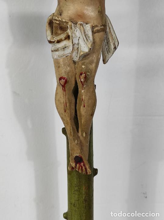 Antigüedades: Antiguo Crucifijo a la Cruz - Jesucristo Barroco - Talla de Madera Policromada y Dorada - S. XVIII - Foto 4 - 245155145