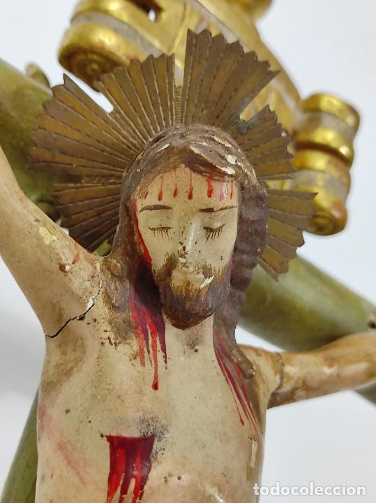 Antigüedades: Antiguo Crucifijo a la Cruz - Jesucristo Barroco - Talla de Madera Policromada y Dorada - S. XVIII - Foto 5 - 245155145