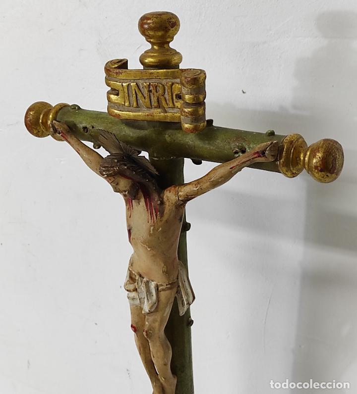 Antigüedades: Antiguo Crucifijo a la Cruz - Jesucristo Barroco - Talla de Madera Policromada y Dorada - S. XVIII - Foto 7 - 245155145