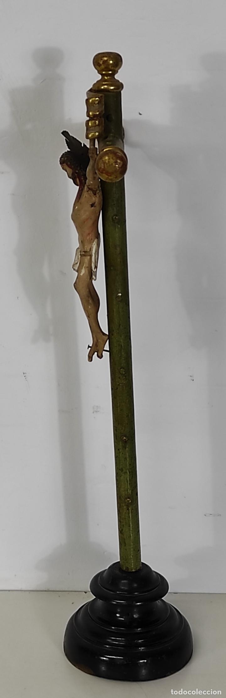 Antigüedades: Antiguo Crucifijo a la Cruz - Jesucristo Barroco - Talla de Madera Policromada y Dorada - S. XVIII - Foto 8 - 245155145