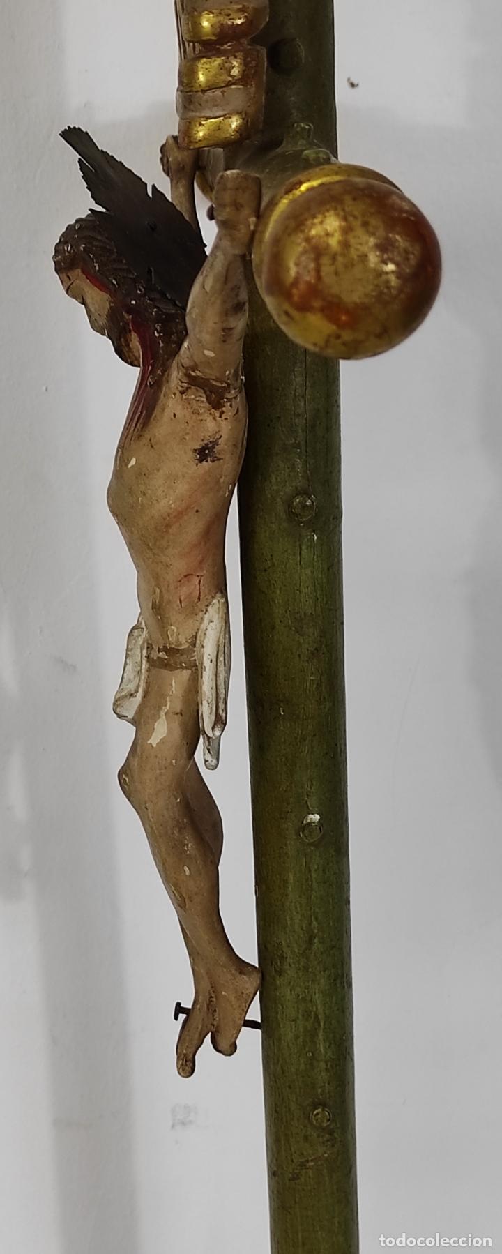 Antigüedades: Antiguo Crucifijo a la Cruz - Jesucristo Barroco - Talla de Madera Policromada y Dorada - S. XVIII - Foto 10 - 245155145