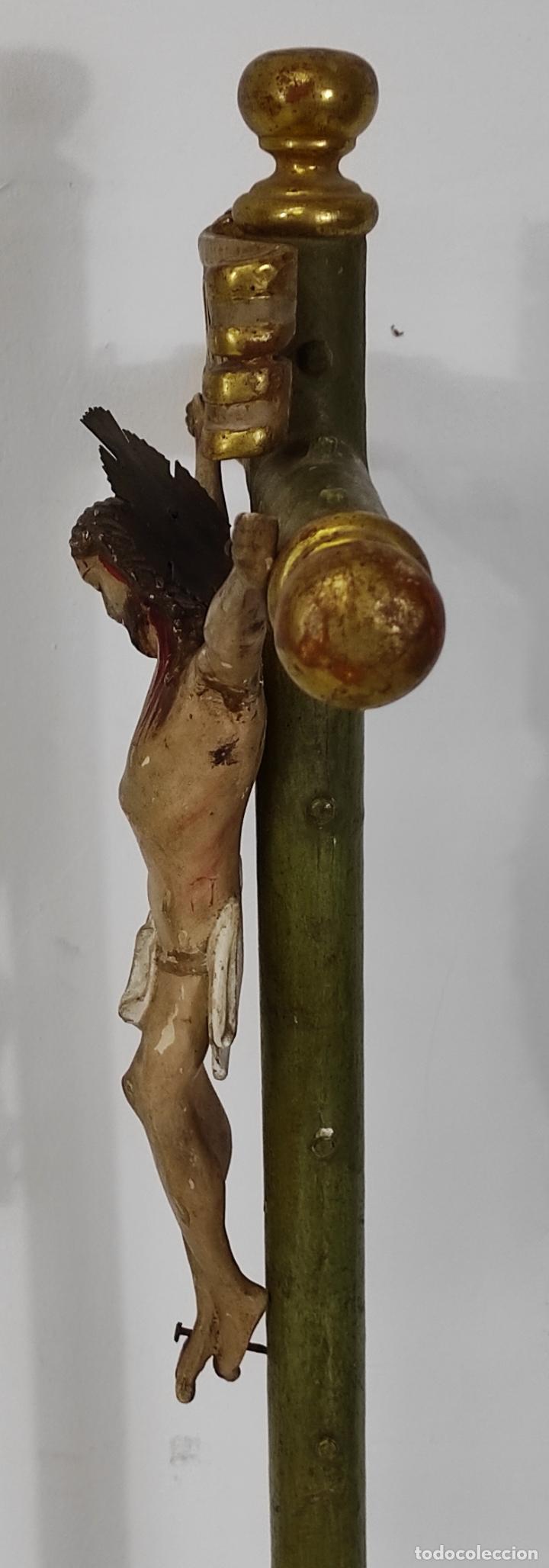 Antigüedades: Antiguo Crucifijo a la Cruz - Jesucristo Barroco - Talla de Madera Policromada y Dorada - S. XVIII - Foto 11 - 245155145