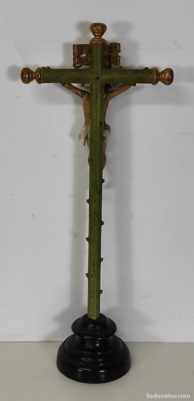 Antigüedades: Antiguo Crucifijo a la Cruz - Jesucristo Barroco - Talla de Madera Policromada y Dorada - S. XVIII - Foto 12 - 245155145