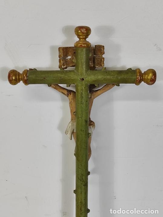 Antigüedades: Antiguo Crucifijo a la Cruz - Jesucristo Barroco - Talla de Madera Policromada y Dorada - S. XVIII - Foto 14 - 245155145