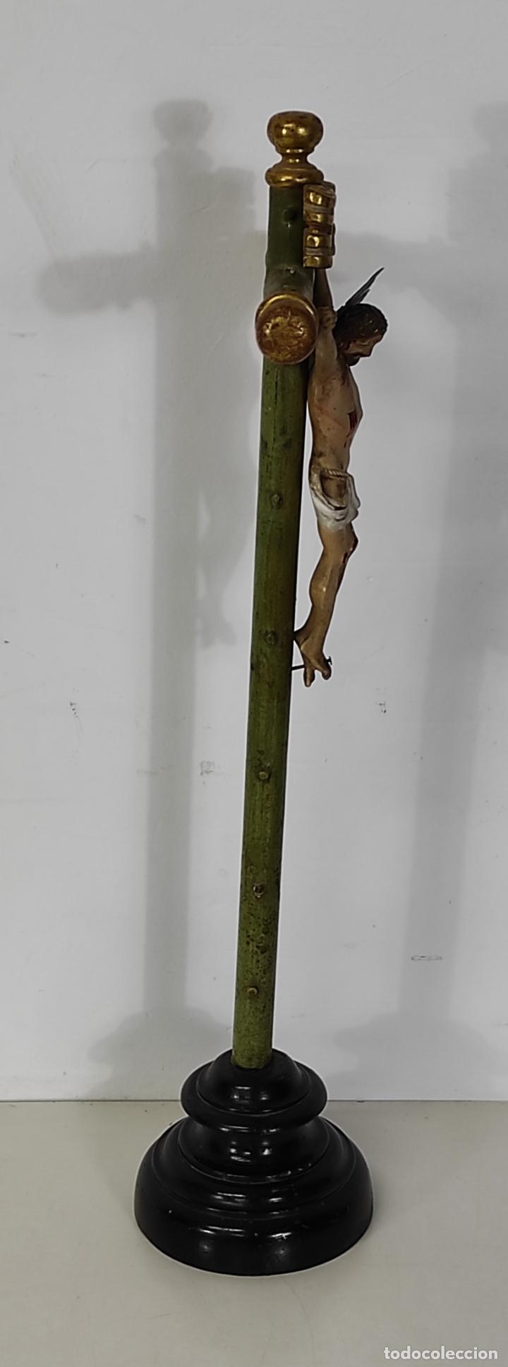 Antigüedades: Antiguo Crucifijo a la Cruz - Jesucristo Barroco - Talla de Madera Policromada y Dorada - S. XVIII - Foto 15 - 245155145