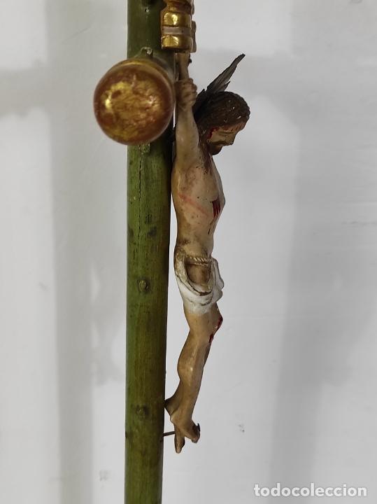 Antigüedades: Antiguo Crucifijo a la Cruz - Jesucristo Barroco - Talla de Madera Policromada y Dorada - S. XVIII - Foto 16 - 245155145