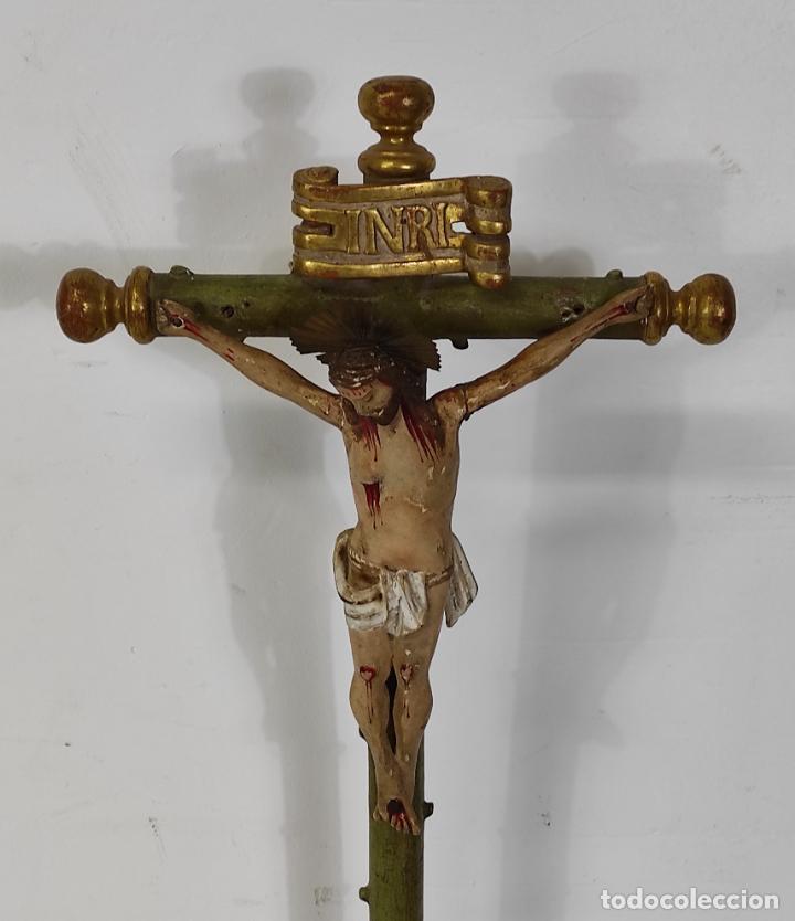 Antigüedades: Antiguo Crucifijo a la Cruz - Jesucristo Barroco - Talla de Madera Policromada y Dorada - S. XVIII - Foto 20 - 245155145