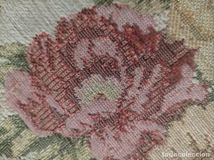 Antigüedades: ALFOMBRA ALFOMBRILLA FLORAL TIPO TAPIZ . 120 X 70 CM - Foto 12 - 245170250