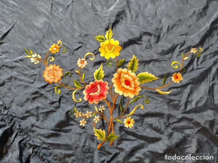 Antigüedades: ANTIGUA N1 COLCHA TIPO MANTON AZUL MOHARET BORDADA FLORES DE COLORES DAMASCO DAMERO A CUADROS - Foto 7 - 245184275
