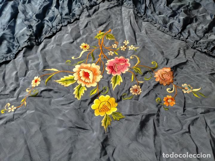 Antigüedades: ANTIGUA N1 COLCHA TIPO MANTON AZUL MOHARET BORDADA FLORES DE COLORES DAMASCO DAMERO A CUADROS - Foto 8 - 245184275