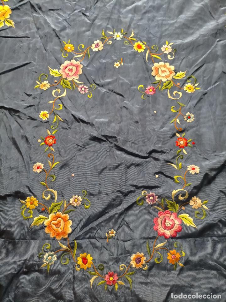 Antigüedades: ANTIGUA N1 COLCHA TIPO MANTON AZUL MOHARET BORDADA FLORES DE COLORES DAMASCO DAMERO A CUADROS - Foto 9 - 245184275