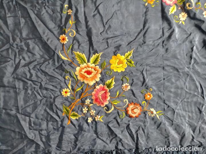 Antigüedades: ANTIGUA N1 COLCHA TIPO MANTON AZUL MOHARET BORDADA FLORES DE COLORES DAMASCO DAMERO A CUADROS - Foto 10 - 245184275