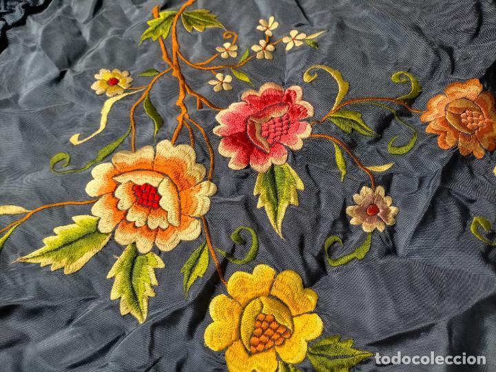 Antigüedades: ANTIGUA N1 COLCHA TIPO MANTON AZUL MOHARET BORDADA FLORES DE COLORES DAMASCO DAMERO A CUADROS - Foto 13 - 245184275