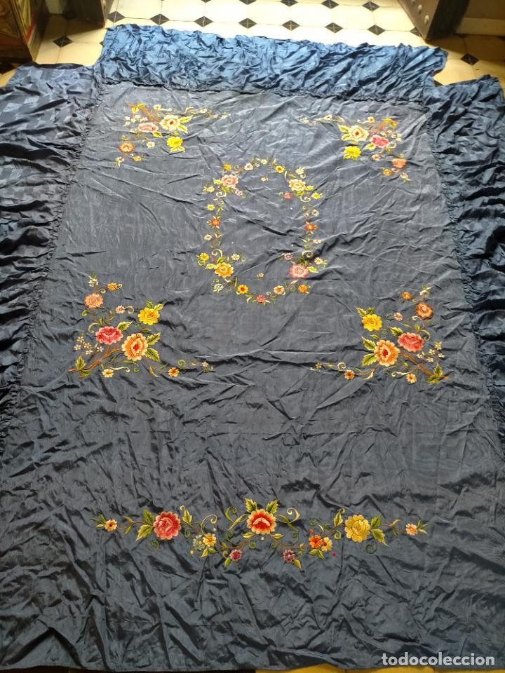 Antigüedades: ANTIGUA N1 COLCHA TIPO MANTON AZUL MOHARET BORDADA FLORES DE COLORES DAMASCO DAMERO A CUADROS - Foto 17 - 245184275