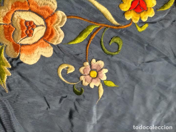 Antigüedades: ANTIGUA N1 COLCHA TIPO MANTON AZUL MOHARET BORDADA FLORES DE COLORES DAMASCO DAMERO A CUADROS - Foto 18 - 245184275