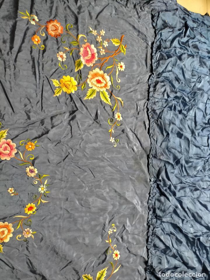 Antigüedades: ANTIGUA N1 COLCHA TIPO MANTON AZUL MOHARET BORDADA FLORES DE COLORES DAMASCO DAMERO A CUADROS - Foto 22 - 245184275
