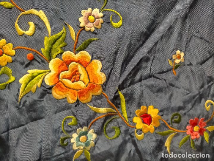 Antigüedades: ANTIGUA N1 COLCHA TIPO MANTON AZUL MOHARET BORDADA FLORES DE COLORES DAMASCO DAMERO A CUADROS - Foto 25 - 245184275