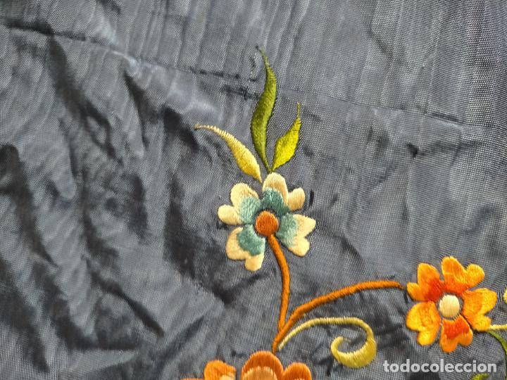 Antigüedades: ANTIGUA N1 COLCHA TIPO MANTON AZUL MOHARET BORDADA FLORES DE COLORES DAMASCO DAMERO A CUADROS - Foto 27 - 245184275