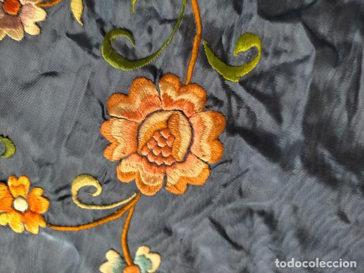 Antigüedades: ANTIGUA N1 COLCHA TIPO MANTON AZUL MOHARET BORDADA FLORES DE COLORES DAMASCO DAMERO A CUADROS - Foto 28 - 245184275