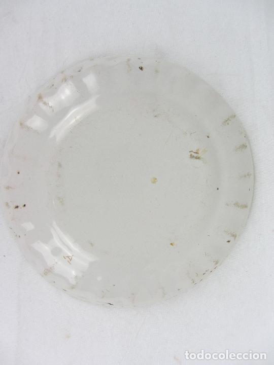 Antigüedades: Plato en cerámica de Alcora - Principios de siglo XIX - Firmada A - Foto 4 - 245205240