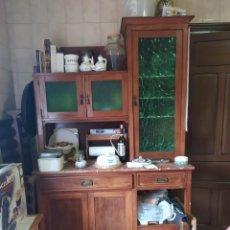 Antigüedades: MUEBLE APARADOR DE PINO DE PRINCIPIOS DE 1900 CON CRISTAL DE COLOR VERDE. Lote 245213100