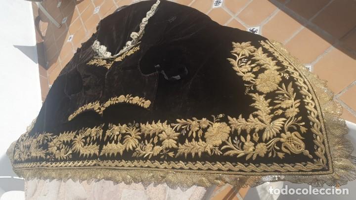 Antigüedades: CASULLA Y BONETE CON IMPORTANTES BORDADOS EN ORO,FINALES DEL XVIII - Foto 3 - 245254015