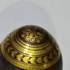 Antigüedades: ANTIGUO BASTON EN MADERA Y METAL DAMASQUINADO. Lote 245262905
