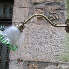 Antigüedades: BELLO APLIQUE BRAZO LAMPARA DE PARED AÑOS 20 - BRONCE, CABLEADO NUEVO Y PORTALAMPARAS METAL PIEDRA +. Lote 245272485